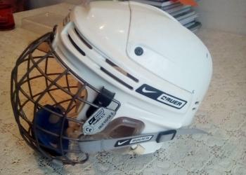 Хоккейный шлем.