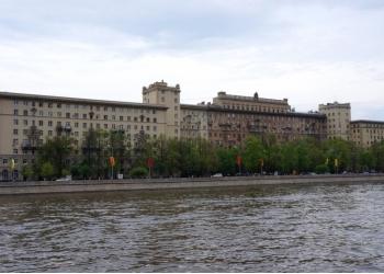 """3-к квартира, 80 м2, 2/8 эт. в центре в """"сталинском доме""""."""
