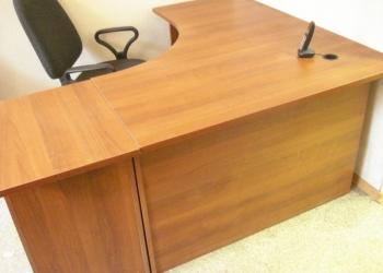 компьютерный стол с приставной тумбой в отличном состоянии.