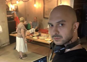 Диджей в кафе-лофт-ресторан