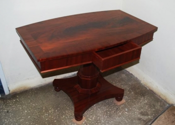 Продаю чайный столик красного дерева