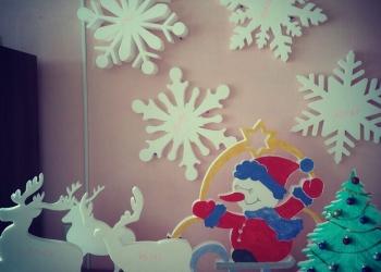 Снежинки, снеговики, елки из пенопласта