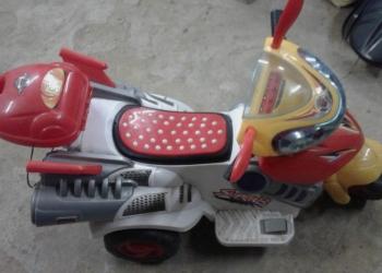 Детские санки и мотоцикл на аккумуляторе.