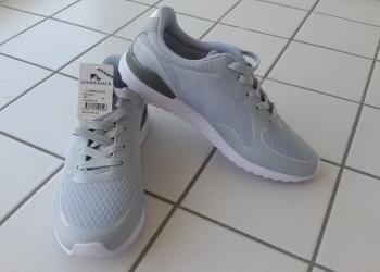продам новые женские кроссовки