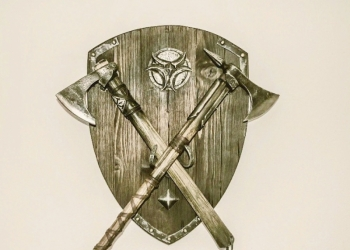Навесной комплект - Этнический медальон с 2 топорами.