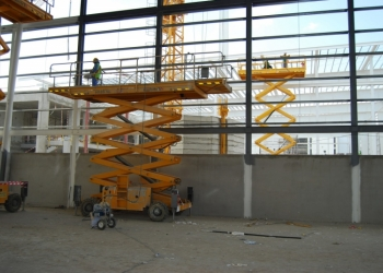 Ножничный подъемник 18 метров повышенной проходимости - Аренда
