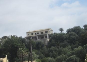 Недостроенный дом в живописном районе острова, в 9км от города Корфу.