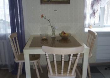 Рзздвижной стол со стеклянной столешницей и четыре стула