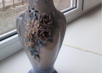 Красивая голубая ваза