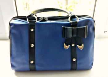 Эффектная сумочка с броскими деталями