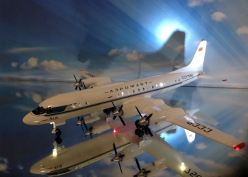 Модель самолета Ил-18.1/100.Пластикарт.