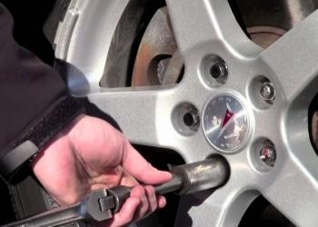Снятие секреток с колёс автомобилей .