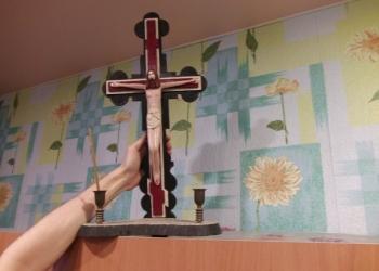 Деревянный крест со статуей распятого Иисуса