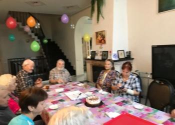 Сиделка 24/7 для пожилых со своим домом